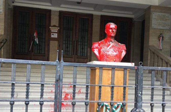 Horthy szobor leöntve festékkel